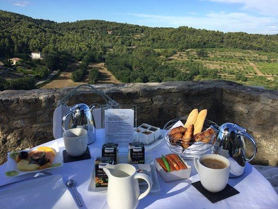 La Roque sur Pernes, Francja: Великолепный завтрак с великолепным видом!