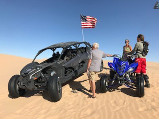 Glamis, แคลิฟอร์เนีย: Phil, Jenn and Barb who helped find our Razor