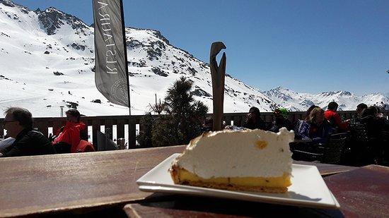 """Orelle, France: Tarte au citron meringuée. Un généreux manteau """"neigeux"""", comme sur les pistes !"""