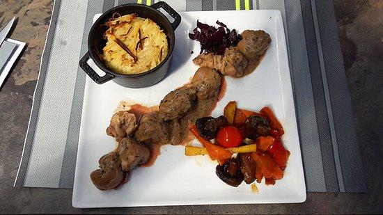 Orelle, France: Rognons et ris de veau déglacés au Porto, sauce crème persillée, légumes croquants et gratin
