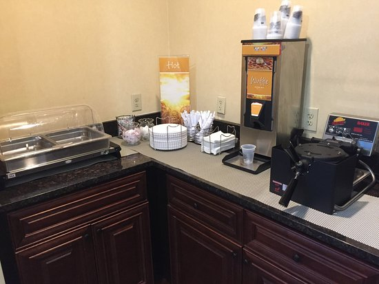 Forest Park, GA: Hot breakfast equipment but we were told they can't do hot items, even thought it 's on web?