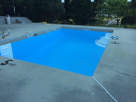 Forest Park, GA: Empty pool, April 20, 2018, after 80 degrees the day before?