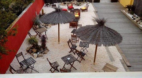 Les Mimosas : Entrée de l hôtel, idéal pour sitoter une boisson et passer un moment reposant.