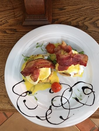 Opikopi Guest House: Eggs Benedict with Bacon