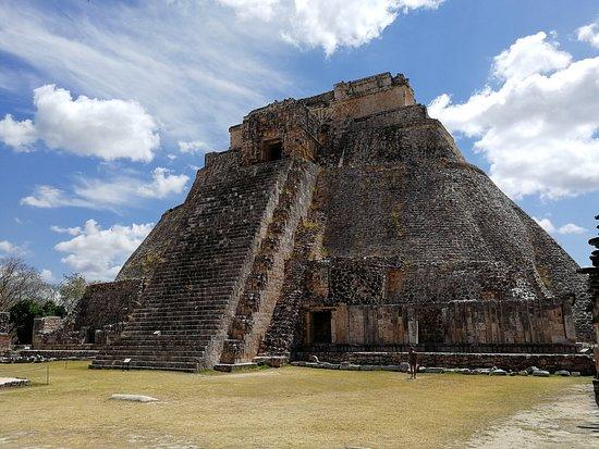 Uxmal, México: Pyramid of the magician (Piramide del Adivino)