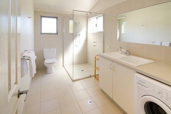Acacia Chalets & Margaret River Beach Studios: Chalet 3 - Bathroom/Laundry