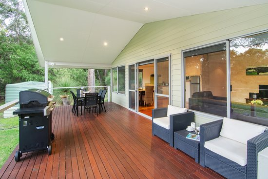 Acacia Chalets & Margaret River Beach Studios: Chalet 1 & 2 Deck with BBQ and Outdoor Entertaining Area
