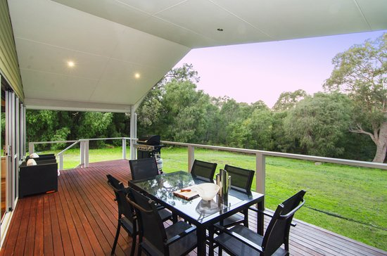 Acacia Chalets & Margaret River Beach Studios: Chalet 1 & 2 Deck Overlooking Natural Bush Setting