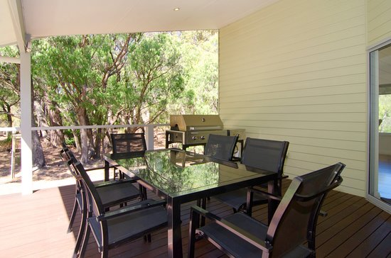 Acacia Chalets & Margaret River Beach Studios: Chalet 3 Deck with BBQ and Outdoor Entertaining Area
