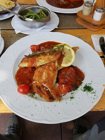 Mayschoss, Germany: Zander auf Spinat mit Tomatensoße