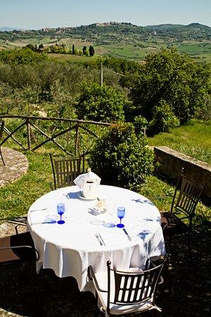 Montefollonico, İtalya: Tavolo esterno con vista su Montepulciano