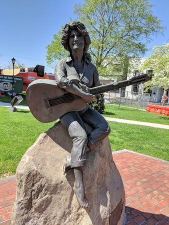 Dolly Parton Statue: Here she is!