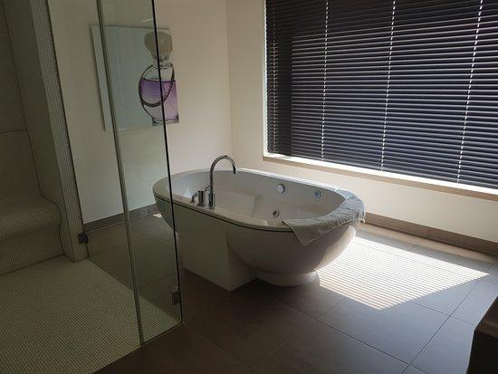 Badezimmer mitWhirlpool in der Suite - Bild von Van der Valk ...