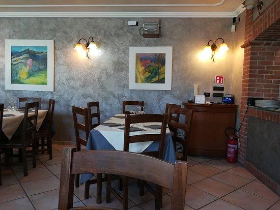 San Paolo Solbrito, İtalya: Un particolare della sala con i magnifici dipinti