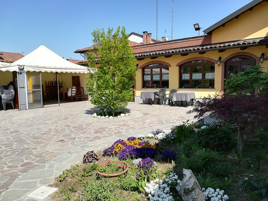 San Paolo Solbrito, İtalya: Il cortiletto del ristorante