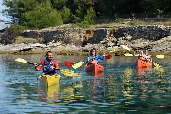 Postira, Croazia: Kayaking along the rocky coastline which looks amazing trough crystal-clear water