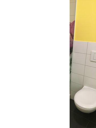 Inrichitng badkamer met sublieme print op glazen deur - Picture of ...