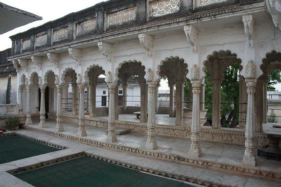 Ghānerao, الهند: Magnifique architecture en marbre qui nous rappelle qu'on est bien dans un ancien palais