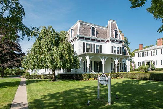 1840 Inn on the Main Bed and Breakfast: The beautiful wheeping cherry tree looks looks amazing in late spring. Come see for yourself.