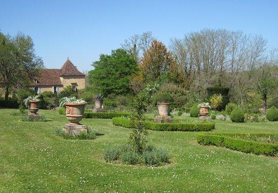 Paunat, France : Formal flower garden