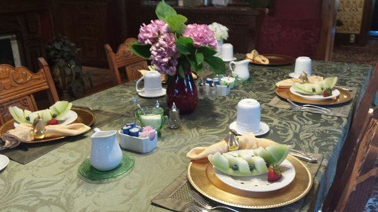 1840 Inn on the Main Bed and Breakfast: Guests are enjoying their first course - honeydew with blueberries!