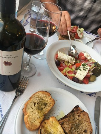 Naoussa Restaurant: Awesome wine and appetizers