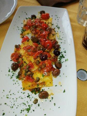 Caselle in Pittari, Italie : Ravioli con baccalà e con zucchine e mandorle, tagliata di carne su pietra. É una vera bontà man
