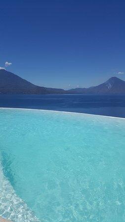 Tzampoc Resort: AGUA LIMPIA, FRESCA, Y MIRANDO A LOS VOLCANES DE ATITLAN.