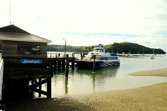 Warkworth, Selandia Baru: The boat at Sandspit harbour