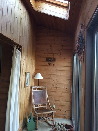 Mountain Top Lodge at Dahlonega: Small sitting area in between outside porch and bedroom. Sat here reading quite a while!