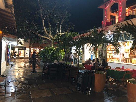 Calle de las Piedras (Rua das Pedras): Rua das Pedras é legal até com chuva!