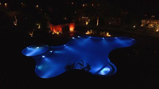 Tarangi Resort & Spa: Swimming pool by the night