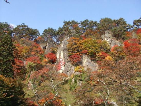 Noshiro, Япония: 紅葉の時期は屏風岩を鮮やかに木々が彩ります