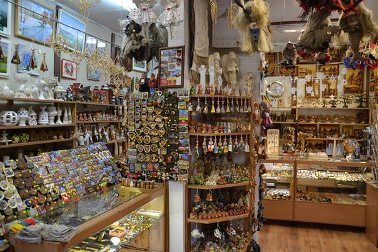 Каунас, Литва: Inside view of our cosy souvenir shop.