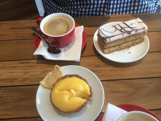 Lavender Bay, ออสเตรเลีย: Coffee and cakes. Lemon lime tart very pleasant, as was the vanilla slice ( this was not what it