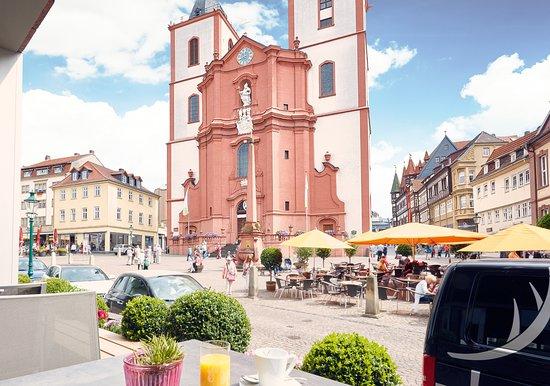 Fulda, Tyskland: Blick von der Terrasse des Restaurants auf die Stadtpfarrkirche