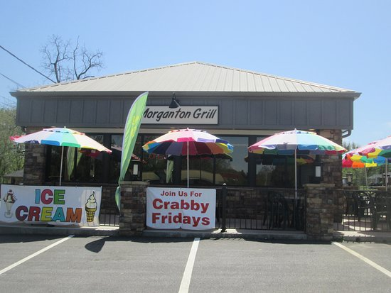 Morganton, جورجيا: We offer in and outdoor seating so enjoy lunch or dinner outside!  