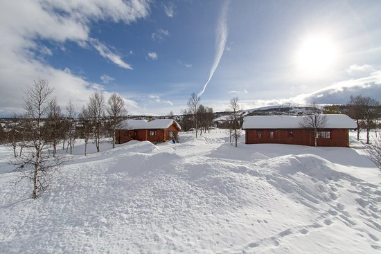 Ron, Noruega: Two of our Cabins with 3 Bedrooms and 6 Beds. Vaset Ski-Lifts is visible in the background.