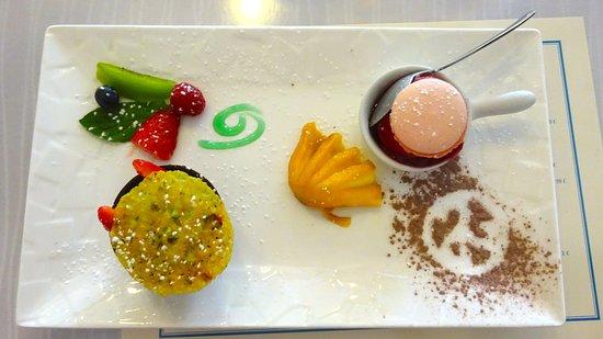Moelan sur Mer, France: Farandole fruits frais, coque chocolat noir, macaron