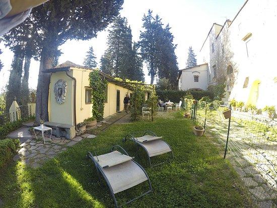 Galluzzo, Italië: a sinistra la parte ospiti, a destra il casale padronale