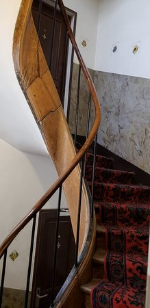 Hotel du Lys: Narrow stairway with uneven steps - adds to the charm.