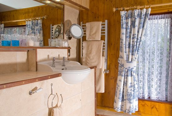 Witherslack, UK: Room 3 at the front of the house has a large luxury bathroom with mood lighting.