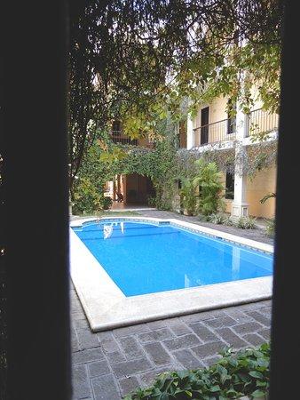 Blick aus unserem Zimmer in den Innenhof mit Pool