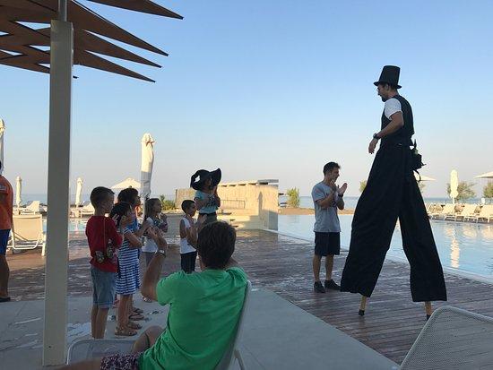 Agia Anna, Grecia: Τα παιδιά διασκεδάζουν με την ομάδα του Θάλαττα.