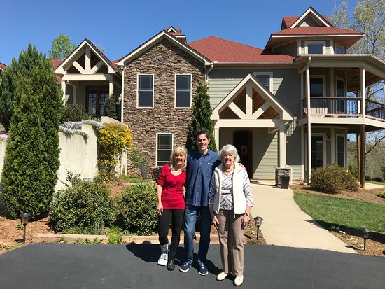 Travelers Rest, Νότια Καρολίνα: Wife Peggy with Nan and Mike outside their home and B&B