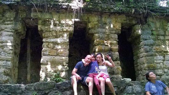 Lacanja, المكسيك: Las ruinas escondidas en la selva que nuestra guia fue hermana del dueño del campamento.