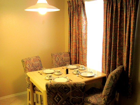 Donna, TX: Dinning for four at our suites