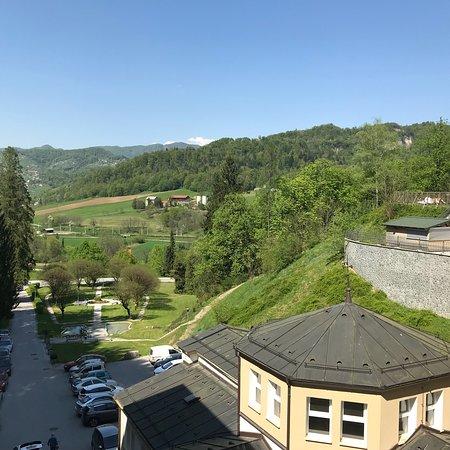 Rimske Toplice, Slovenia: Zimmeraussicht über Kuppel des historischen Bades in Richtung Aussenbad.