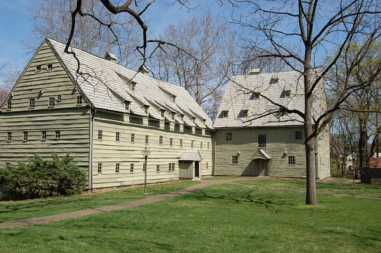 Ephrata, Pennsylvanie : Saron  (Sister's Dormitory) and Saal (Meetinghouse)