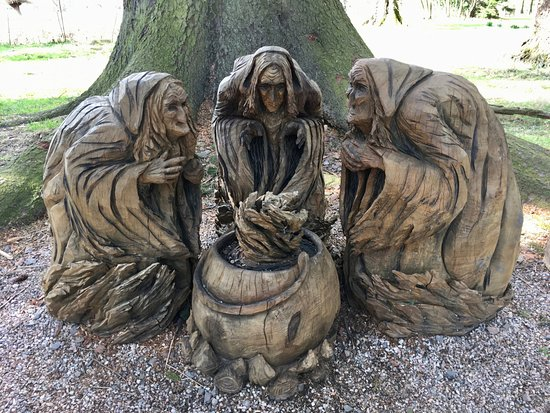 Glamis, UK: 3 witches